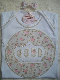 Body Princesa bordado com Perolas Baby Girl Items, Diy Projects To Try, Passion For Fashion, Kids Outfits, Applique, Patches, Quilts, Sewing, Pattern
