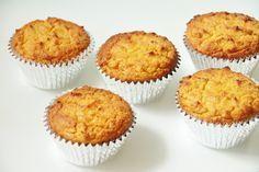 cupcakes with coconut flower, recipe in Dutch Low Carb Desserts, Low Carb Recipes, Dessert Recipes, Healthy Cookies, Healthy Treats, Healthy Food, Kokos Cupcakes, Muffins Sains, Sin Gluten