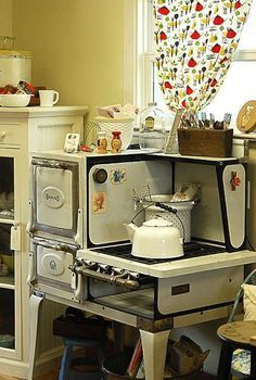 Vintage Kitchen I had one of these in my first tiny house I rented in Telluride back in the Cooked on it all the time. Worked great, including the oven. Old Kitchen, Country Kitchen, Vintage Kitchen, Kitchen Decor, Kitchen Design, Kitchen Ideas, Cuisinières Antiques, Cuisinières Vintage, Old Stove
