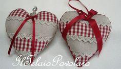 Li ha confezionati Claudia giusto per utilizzare anche i tanti pezzetti di stoffe, nastri, pizzi e passamanerie che le girano per casa. Da noi ne acquista in quantità!! Il quadretto non l'ha ricamato a broderie suisse perchè non ha ancora avuto modo di... Heart Art, Love Heart, Heart Projects, Small Sewing Projects, Christmas Crafts, Christmas Ornaments, Lavender Sachets, Heart Crafts, Hanging Hearts