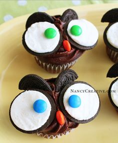 Heres a fun fall cupcake decorating idea–Owl Cupcakes! There are several different ways you can make owl cupcakes, and you may have already seen other ideas for these on different sites. I thought. Köstliche Desserts, Delicious Desserts, Delicious Cupcakes, Health Desserts, Yummy Cakes, Fall Bake Sale, Oreo Cupcakes, Chocolate Cupcakes, Vanilla Cupcakes