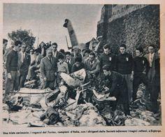 I ragazzi del Torino omaggiano i campioni, portando mazzi di fiori sui resti dell'aereo