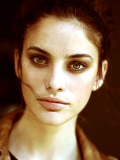 Makeup For Brunettes: Stunner-eyes.  Notice the freckles and lipgloss.