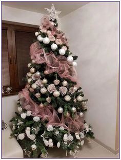 50 Rose Gold Christmas Decor Ideas so that your home tells a Sweet Romantic Story - Hike n Dip - - Let your Christmas Decoration spell out luxury, elegance & affluence. Here are some Rose Gold Christmas Decor Ideas for you that are simply perfect. Pink Christmas Tree Decorations, Rose Gold Christmas Tree, Elegant Christmas Trees, Christmas Tree Tops, Christmas Diy, Christmas Wreaths, Modern Christmas, Outdoor Christmas, Christmas Design