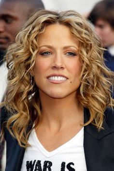 Sheryl Crow Love the hair. Sheryl Crow, Scarf Hairstyles, Easy Hairstyles, Country Girl Hair, Medium Hair Styles, Curly Hair Styles, Beautiful Old Woman, Girl Haircuts, Blonde Highlights
