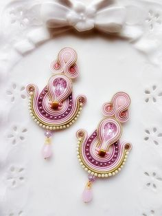 Soutache earrings with a central swarovski drop of mm. I worked with pale rose, rose and gold braids. I also used rose quertz pearls and Boho Jewelry, Jewelery, Handmade Jewelry, Jewelry Design, Fashion Jewelry, Soutache Necklace, Tassel Earrings, Pink And Gold, Swarovski