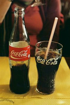 Coca Cola glass bottle & drinking glass with a straw. Pepsi, Coca Cola Ad, Always Coca Cola, Coca Cola Bottles, Coca Cola History, World Of Coca Cola, Soda, Coca Cola Decor, Coca Cola Kitchen