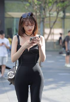 Black jumpsuit Asian beauty, very nice figure, beautiful and confident. Look Girl, Daily Dress, Girls In Leggings, Black Jumpsuit, Beautiful Asian Girls, Jumpsuits For Women, Clubwear, Asian Woman, Asian Beauty