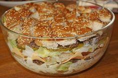 big mac salat geschichtet-glas-schüssel-brätchendeckel-geschnitten-gewürzgurken-käsescheiben