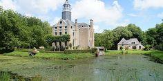 Buitenplaats Duinbeek Oostkapelle: een oranjerie, een paardenstal, een koetshuis, een portierswoning en een uitgestrekt landgoed.