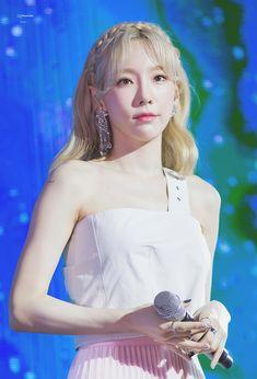 Taeyeon - Four Seasons Gaon Monthly Chart Snsd, Yoona, Kpop Girl Groups, Korean Girl Groups, Kpop Girls, Baby Baby, Seoul, Taeyeon Fashion, Girls' Generation Taeyeon