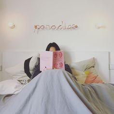 Cuando el paraiso está más cerca de lo que creemos. # libro # libros # leer # leyendo # AnaElenaPena # 📖  # cama # bed # bedroom # bookstagram # book # books # booklover # reading # readings # readingtime # readingissexy # read # readinglife # relax # relaxing # relaxingday # relax☀️ # bedroomdecor # bedroomwall