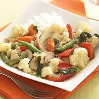 Coconut milk plays a starring role in this delicious Thai chicken and vegetable recipe that's prepared in the slow cooker. Slow Cooker Curry, Slow Cooker Huhn, Crock Pot Slow Cooker, Slow Cooker Chicken, Slow Cooker Recipes, Crockpot Recipes, Chicken Recipes, Cooking Recipes, Easy Recipes
