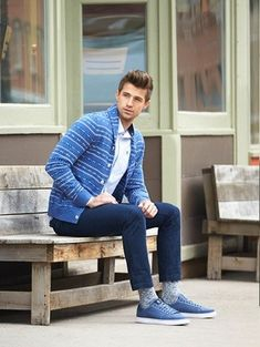 Este combo de un cárdigan con cuello chal de grecas alpinos azul y unos vaqueros azul marino te permitirá mantener un estilo cuando no estés trabajando limpio y simple. Zapatos azules contrastarán muy bien con el resto del conjunto.
