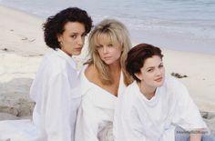 """2000 Malibu Road"" promo shot of Drew Barrymore & Jennifer Beals"
