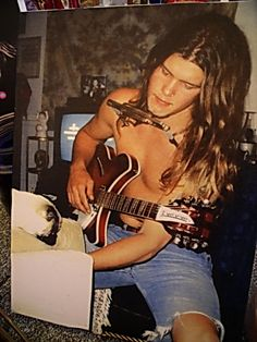 Shannon Hoon - lead singer for '90s alt rockers, Blind Melon, who struck gold with their debut. Good fortune didn't last, though, as he had a fatal overdose shortly after releasing their 2nd LP.