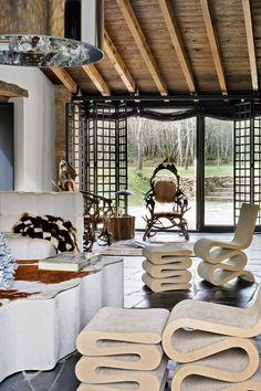 Salón - AD España, © Belén ImazLa luz natural se cuela por los grandes ventanales abiertos por Sueiro. Delante, sillas Wiggle con reposapiés de Frank O. Gehry para Vitra, en Monli.