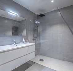 For noen Bathroom With Shower And Bath, Laundry Room Bathroom, Bathroom Renos, Bathroom Layout, Bathroom Renovations, Small Bathroom, Bathroom Design Luxury, Modern Bathroom Design, Bathroom Styling