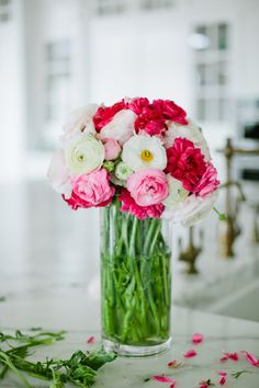 New Flowers Gift Boquette Floral Arrangements Ana Rosa Ideas Pink And White Flowers, Little Flowers, My Flower, Fresh Flowers, Beautiful Flowers, Pink White, Vase Transparent, Vases, Perfect Mother's Day Gift