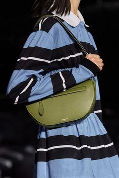 Burberry Fall 2020 Ready-to-Wear Collection - Vogue Vogue Paris, Fashion Handbags, Purses And Handbags, Edgy Shoes, Korean Fashion, Mens Fashion, Latest Bags, Burberry Prorsum, Carolina Herrera