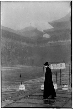 The Forbidden City by Henry Cartier-Bresson, Peking, today's Beijing, 1948 before taking over by the People's Liberation Army of the Chinese Communist Party. Magnum Photos, Black And White People, Black White, Candid Photography, Street Photography, Henri Cartier Bresson Photos, Foto Glamour, Fondation Cartier, French Photographers