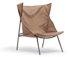 Africa, pensata da Vico Magistretti e realizzata da Campeggi (2000). Realizzata in tela grezza e manici di scopa. La poltrona è pieghevole e offre una seduta comoda ed elegante. Facilmente trasportabile e destinata ad un utilizzo rapido. Prende ispirazione della classica sedia da regista.