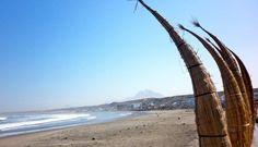 Huanchaco. Pintoresca playa donde los pescadores siguen utilizando los caballitos de totora para su labor diaria. Es el balneario favorito de la población de Trujillo y un punto de encuentro para surfistas. #Perú #playas