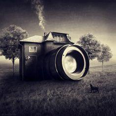Als het aan de Hongaarse fotografe Sarolta Bán ligt, moet het lukken om je fotocamera om te toveren in een huis. Tenminste… als je een beetje fantasie hebt. In onderstaande surrealistische beelden zie je hoe fantasie en photoshop elkaar ontmoeten.