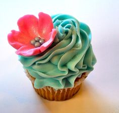 Oh, you ARE a beautiful little cupcake, aren't you!  Ruffly blue icing with a simple 5 petal dark pink flower and silver balls.  And yes, I see that lovely glitter!