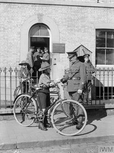 WWI. A boy scout working as a military despatch cyclist. © IWM (Q 30596)