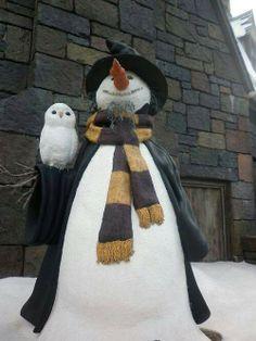Snowman and his owl friend. A Hogwarts Snowman and owl! I Love Snow, I Love Winter, Winter Fun, Winter Snow, Winter Time, Christmas Snowman, Winter Christmas, Jarry Potter, Snow Sculptures