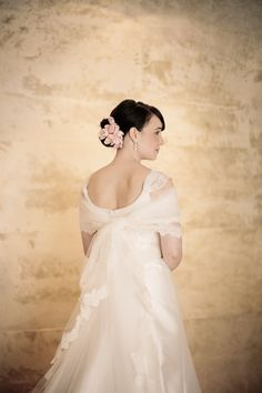another shot of this beautiful veil used as a shrug  Photography by http://giacanali.com