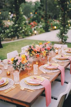 Everyone wants to throw a chic dinner party, but not everyone has the budget. Here, easy and fun ways to throw a great outdoor dinner party on a budget party table settings How To Throw A Dinner Party On A Dime Outdoor Dinner Parties, Dinner Party Table, Wedding Dinner, Wedding Reception, Garden Parties, Reception Table, Dinner Party Decorations, Garden Wedding, Birthday Table Decorations