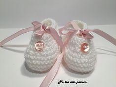 Bailarinas con botón tejidas a dos agujas. Patuco de bebe con forma de bailarina, tejidas a dos agujas y adornadas con un botón y una cinta de raso.