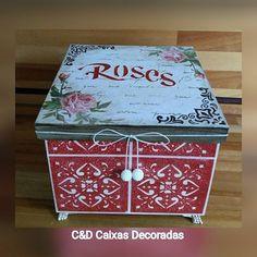 Caixa roses #caixasdecoradas #artesanato #pinturasstencil #guardanapo #decoupage #pátina #multiuso #organização #rosas #umcharme #pinturaimitaçãodeazulejo