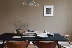 Certainly not a wall color I would naturally go for, but in this living room this dark sand color works so perfectly. I like how the dining table is placed in the middle of the room and a 'cozy island' … Continue reading → Decor, Interior, Apartment Interior, Dining, Living Room Remodel, Dining Table, Room Remodeling, Scandinavian Interior, Masculine Interior
