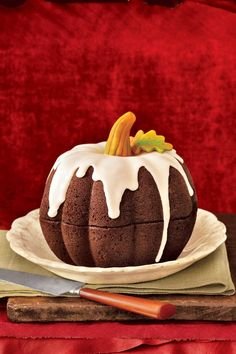 Celebrate the combination of pumpkin and spice with these yummy autumn dessert recipes, from sweet pumpkin pie to spiced pumpkin cake. These pumpkin desserts are perfect for Thanksgiving or Halloween. Pumpkin Bundt Cake, Pumpkin Cake Recipes, Pecan Cake, Pumpkin Shaped Cake, Carrot Cake, Pumpkin Dessert, Dulces Halloween, Bolo Halloween, Halloween Ideas