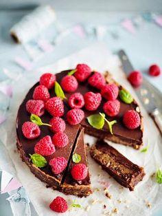 Suklaaraakakakku on takuuvarma hitti juhlapöydässä. Tämä perinteiseltä leivonnaiselta näyttävä suklaakakku tehdään taateleista, pekaanipähkinöistä ja raakakaakaojauheesta.