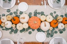 Easy, Beautiful and Creative Thanksgiving Decór. Make your Thanksgiving prep work simpler this holiday season with these Thanksgiving decoration ideas. Wow your family and friends with a gorgeous tablescape! Thanksgiving Parties, Thanksgiving Tablescapes, Thanksgiving Decorations, Seasonal Decor, Table Decorations, Thanksgiving Celebration, Happy Thanksgiving, Happy Halloween, Fall Halloween
