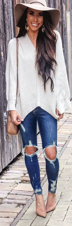 #spring #outfits woman wearing distressed blue jeans. Pic by @katlynmaupin