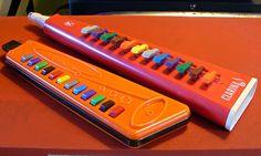 旧西ドイツHohnerと旧東ドイツTriolaのビンテージ鍵盤ハーモニカ、2タイプです。本格演奏用ではなくトイ楽器ですね。Gメジャー音階のみ演奏可能です(...