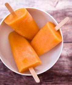Gyömbéres-narancsos jégkrém  Hozzávalók:  2 őszibarack  1 narancs  1 bögre mandulatej  1 rúd vanília kikapart magja  1 kiskanál reszelt gyömbér