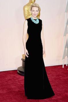 Cate Blanchett zeigte sich in einem schwarzen Kleid von Maison Margiela auf dem roten Teppich der Oscars 2015. Mehr Oscar-Looks: http://www.red-carpet.de/fashion-beauty/oscars-2015-cumberbatch-tatum-stars-auf-rotem-teppich-bilder-201549565