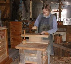 How to Build a Tabletop Woodworking Mini-Bench by Sue Robishaw for workshop projects large or small with custom vises and jigs to fit individual homestead or woodshop jobs. Small Bench, Wood Bowls, Woodworking Bench, Homesteading, Wood Projects, Entryway Tables, Workshop, Dining Table, Paw Paw