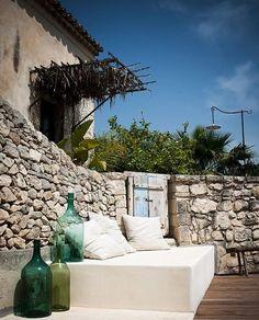 Les maisons unifamiliales autour d'un jardin méditerranéen