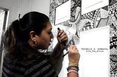 Hon förvandlar en tråkig dörr till ett grafiskt mästerverk med hjälp av märkpennor. Resultatet är otroligt. https://delbart.se/markpennor-dorr/