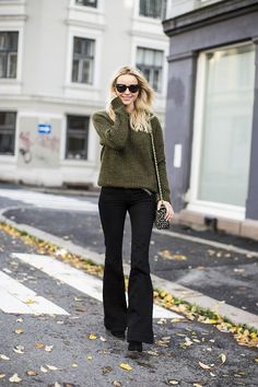 With the rise of skinny jeans, flared jeans may not be that popular today but that doesn't mean they're out of style. In fact, flared jeans are one of the few styles of jeans that never go out of style. Who What Wear, Outfits Pantalon Negro, Flare Jeans Outfit, Pants Outfit, Black Flare Pants, Fall Jeans, Look Chic, Mode Outfits, Fall Winter Outfits