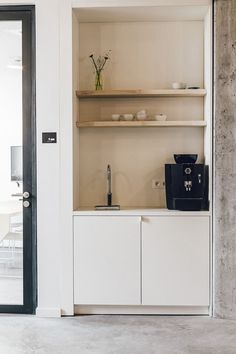 Office Tour: WeWork Moorplace Coworking Offices – London - Pantry With One Redo Office Kitchenette, Kitchenette Design, Mini Bad, Office Entrance, Home Decor Signs, Break Room, Small Office, Office Interiors, Restaurant Interiors