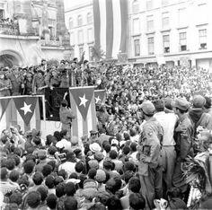 Enero de 1959, proclamando la victoria de la Revolución Cubana, frente al palacio presidencial de La Habana. (AP/Harold Valentine)