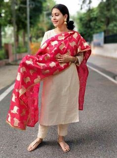 Repurpose old sarees into dupattas Silk Kurti Designs, Churidar Designs, Kurta Designs Women, Kurti Designs Party Wear, Indian Wedding Outfits, Indian Outfits, Pakistani Dresses, Indian Dresses, Indian Attire
